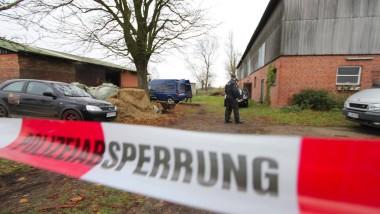 Ermittlungen in Haale: Polizisten untersuchen den Pferdestall, in dem zwei Leichen entdeckt wurden