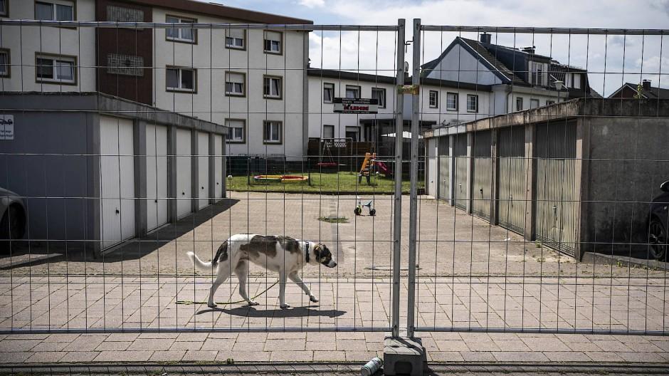 Verl-Sürenheide im Juni: In einem absperrten Wohnblock werden dir Bewohner auf Corona getestet.