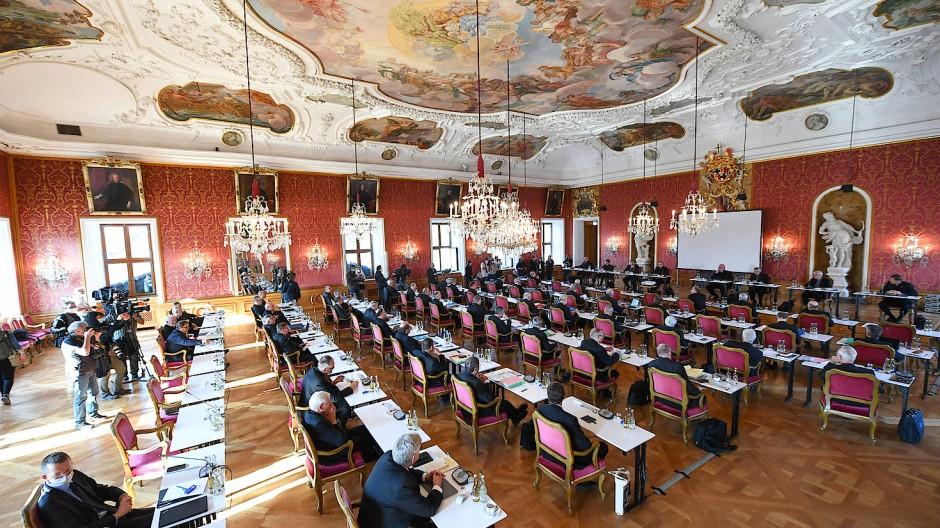 Corona macht´s möglich: Die Vollversammlung der Deutschen Bischofskonferenz tagt im Fürstensaal des Fuldaer Stadtschlosses anstatt im nicht ganz so prunkvollen Priesterseminar der Bischofsstadt