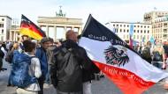 Missbrauch befürchtet: Ein Teilnehmer vor einer Demonstration gegen die Corona-Maßnahmen am 29. August 2020 mit einer Reichsflagge in Berlin