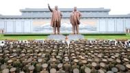 Soldaten der nordkoreanischen Streitkräfte am 15. August 2017 vor Statuen des Staatsgründers Kim Il-sund und seines Sohnes Kim Jong-il in Pjöngjang.