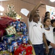 Weihnachtsfeier für Flüchtlinge  im Grenzdurchgangslager Friedland. Viele Bürger haben Geschenke gespendet.