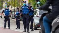 Polizisten überwachen die Einhaltung der neuen Maßnahmen gegen das Coronavirus.