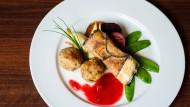 Sollen zur veganen Ernährung locken: Auberginen-Maronen-Rouladen mit Knödel und Pflaumensauce (Rezept siehe unten)