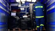 Ein Mitarbeiter der Bundesanstalt Technisches Hilfswerk (THW) belädt in Irxleben im Impfstofflager in der Börde einen LKW mit medizinischem Material.