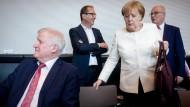 Zurückweisung, nicht nur von Flüchtlingen: Seehofer, Dobrindt, Merkel und Kauder am Dienstag in der Unionsfraktion