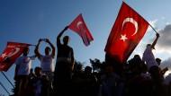 Flaggen schwenkend gedenken diese Türken am 15. Juli dem ersten Jahrestag des Putschversuchs.