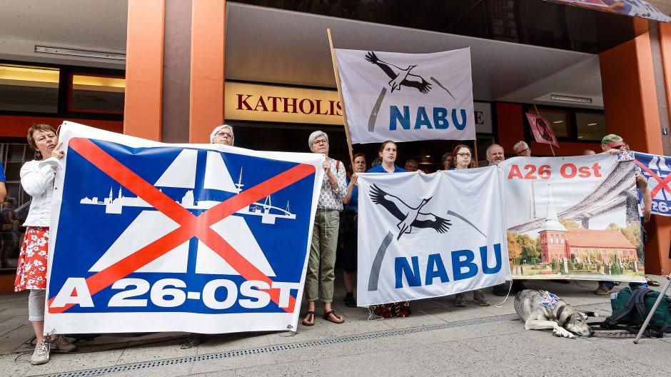 Gegner der geplanten Autobahn A26-Ost demonstrieren im August 2019 mit Transparenten vor dem Gebäude der Katholischen Akademie in Hamburg.