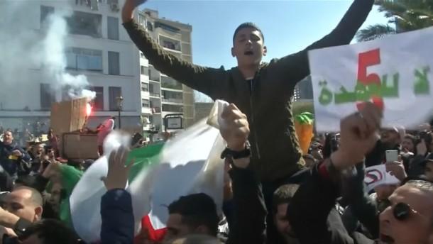 Präsident Bouteflika: Tausende Studenten protestieren gegen weitere Amtszeit
