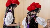 Gutach Im Schwarzwald: Laura Horn (li.) und Jule Albrecht (re.) geben im Wahllokal in der traditionellen Schwarzwälder Bollenhuttracht ihre Stimmzettel zur Europawahl ab.