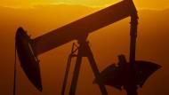 Opec drosselt Förderung - Ölpreis steigt stark