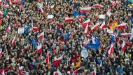Protest In Warschau: Tausende demonstrierten am Samstag in der polnischen Hauptstadt gegen die neue konservative Regierung.