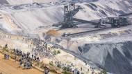 """Von Uniter-Mitgliedern beschützt: Der Tagebau Garzweiler während der """"Ende Gelände""""-Proteste im Juni"""