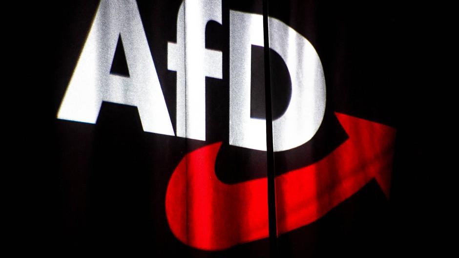 Das AfD-Logo wird im November 2019 beim Bundesparteitag in Braunschweig an einen Vorhang projiziert. (Symbolbild)