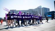 Teilnehmer inklusive: Mitarbeiter der Werbeagentur Wigwam und der Diakonie bei einer Demonstration im Mai in Berlin
