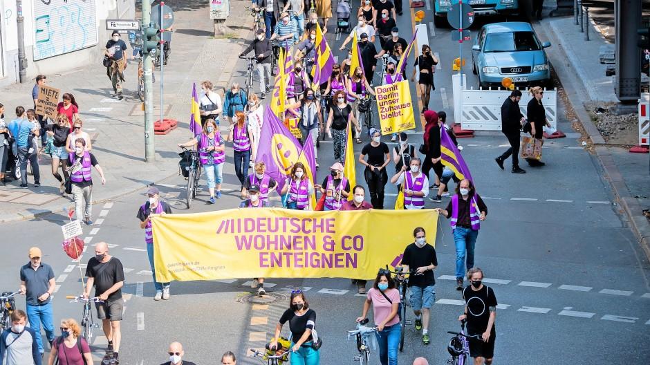 """Großer Aktionstag im August in Berlin unter dem Motto: """"Wir können uns die Reichen nicht mehr leisten."""""""