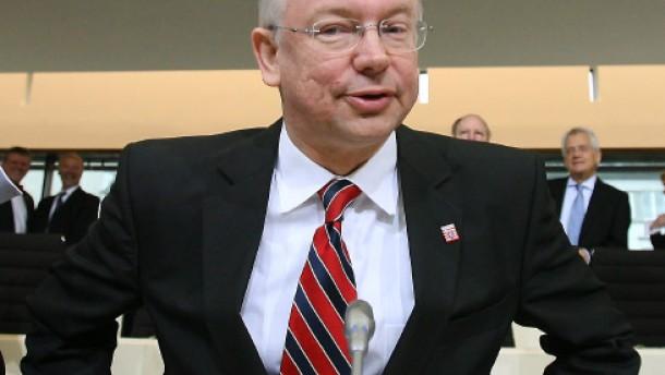 Koch tritt zurück - und bleibt im Amt