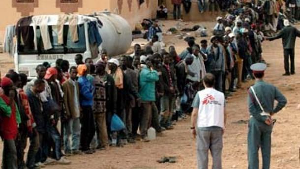 Marokko holt Flüchtlinge aus der Wüste zurück
