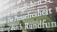 Das Wort Pressefreiheit ist in einem Ausschnitt des Artikels 5 des Grundgesetzes auf einer Glasscheiben am Außenhof des Jakob-Kaiser-Hauses zu sehen.
