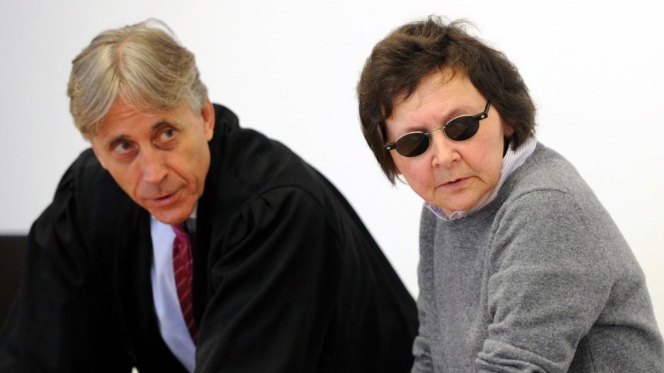Die ehemalige RAF-Terroristin Verena Becker mit ihrem Anwalt im Gerichtssaal