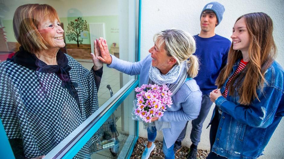Großmutter, Tochter und Enkelkinder: Familientreffen Corona-Style Anfang Mai in Schwerin