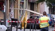 """Ein Polizist sichert in Köln die Spuren einer Explosion in der Kölner Keupstraße. Bei dem Nagelbombenanschlag waren 22 Menschen verletzt worden. Im Münchner NSU-Prozess ist eine Frau als Opfer und Nebenklägerin zugelassen, die nach Aussage ihres Anwalts """"nach aktuellem Kenntnisstand"""" gar nicht existiert."""