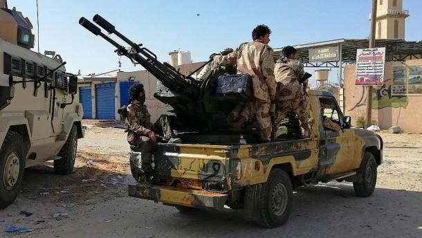 Tausende fliehen vor Gefechten in Tripolis