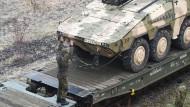 """Zu spät, zu anfällig, zu selten einsatzbereit: Der Zustand vieler Hauptwaffensysteme der Bundeswehr (Foto: Der Radpanzer """"Boxer"""") ist beklagenswert"""