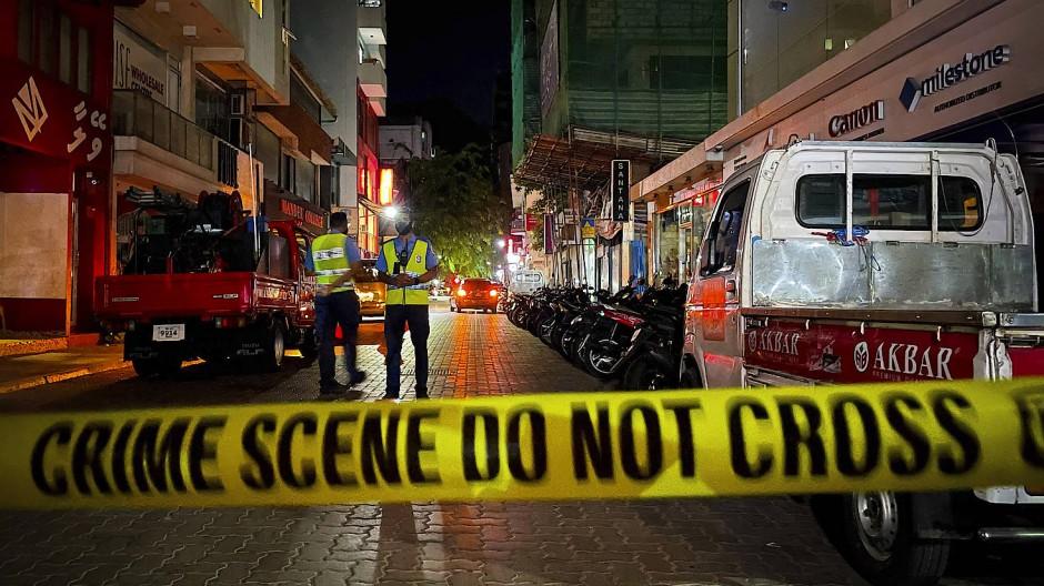 Maledivische Polizisten sichern das Gebiet nach der Explosion am Donnerstagabend in Malé.