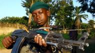 Ein Kinder-Soldat der sogenannten Union Kongolesischer Patrioten posiert mit einer Waffe in der Hand (Archivbild).