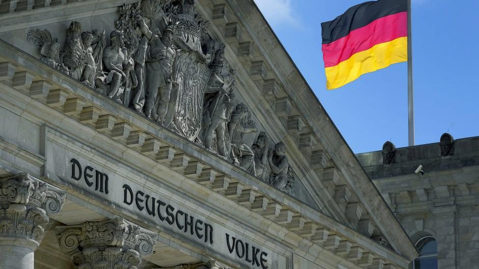 Das Eingangsportal des Reichstagsgebäudes in Berlin