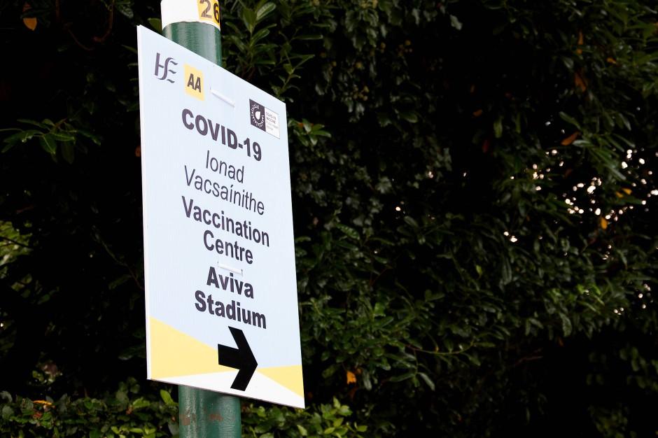 Ein Wegweiser zum Impfzentrum im Aviva-Stadion
