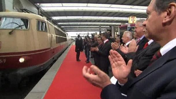 Symbolischer Sonderzug aus Istanbul kommt in München an - Merkel fordert Einwanderer zum Deutschlernen auf.
