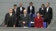 Zu Beginn einer Bundestagsdebatte zur mutmaßlichen Mordserie einer Neonazi-Terrorgruppe haben sich die Abgeordneten entschuldigt.