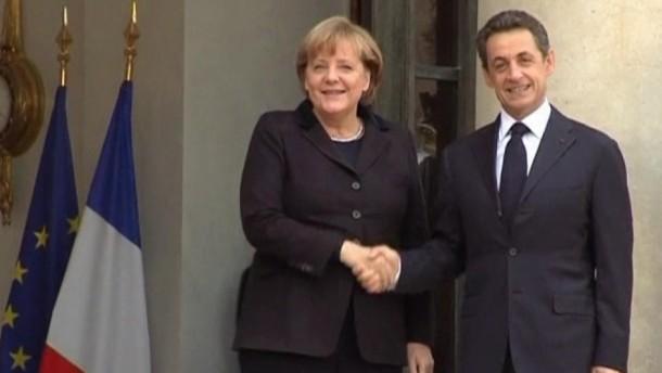 Bundeskanzlerin Merkel und Frankreichs Staatspräsident Sarkozy haben sich vor dem EU-Gipfel am Freitag auf gemeinsame Vorschläge zur Euro-Rettung verständigt. Dabei müsse es Änderungen der EU-Verträge geben, betonte beide am Montag nach einem Treffen in Paris.