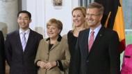 Bundespräsident Wulff und die meisten Mitglieder der Bundesregierung haben auf dem Neujahrsempfang demonstrativ in Harmonie geübt. Die Kritik an dem angeschlagenen Staatsoberhaupt reißt allerdings nicht ab.