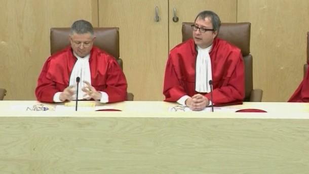 Die Richter in Karlsruhe urteilten am Dienstag, der geheim tagende Ausschuss verstoße überwiegend gegen die Rechte der Abgeordneten.