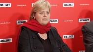 Die auch innerparteilich umstrittene Gesine Lötzsch begründete den Schritt mit einer Erkrankung ihres Mannes.