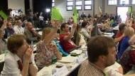 Damit werden in Deutschland zum ersten Mal Spitzenkandidaten für eine Bundestagswahl direkt von der Parteibasis bestimmt.