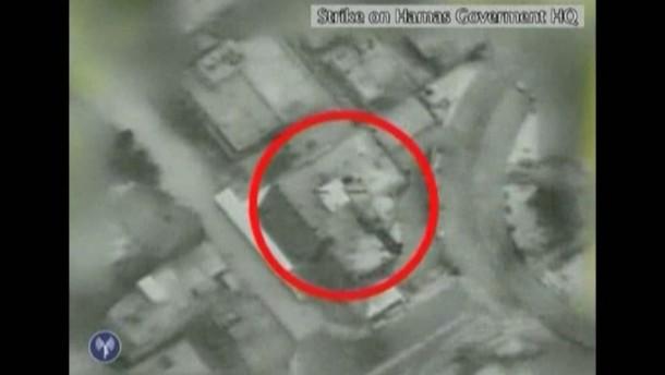 Das israelische Militär veröffentlicht Aufnahmen, die die Zerstörung eines Hamas-Regierungsgebäudes zeigen. Unterdessen besucht auch Tunesiens Außenminister den Gaza-Streifen.