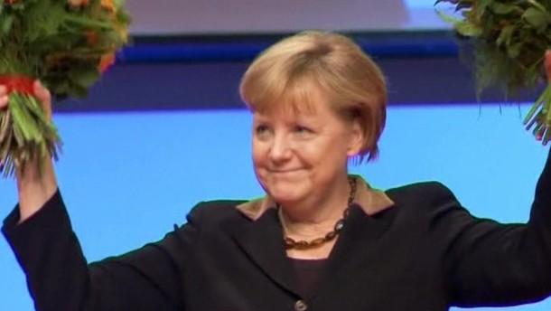 Der CDU-Parteitag in Hannover wählt Bundeskanzlerin Angela Merkel mit fast 98 Prozent wieder zur Vorsitzenden.