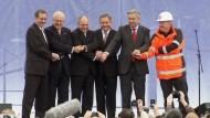 Erneute Verschiebung der Eröffnung des Berliner Großflughafens BER sorgt für heftige Kritik an Aufsichtsratschef Wowereit