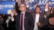 Den Prognosen zufolge ist es tatsächlich ein Kopf-an-Kopf-Rennen. Die FDP konnte stark zulegen.
