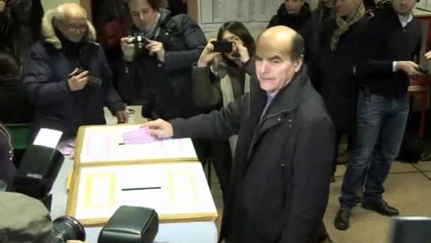 Die Wahllokale öffneten am Sonntag um acht Uhr. Bis Montagnachmittag 15.00 Uhr können die Italiener ihre Stimme abgeben.
