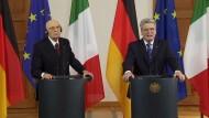 """Der italienische Staatspräsident Giorgio Napolitano bezeichnet die jüngsten Äußerungen des SPD-Kanzlerkandidaten über Berlusconi und Grilloals (Clowns"""") als """"nicht in Ordnung"""". Napolitano sprach nach einem Treffen mit Bundespräsident Joachim Gauck von einer """"bedauerlichen Angelegenheit""""."""