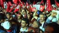 Zehntausende Anhänger der tunesischen Regierung sind in der Nacht zum Sonntag auf die Straße gegangen. Es war die bisher größte Kundgebung seit der Revolution 2011.