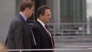 Die Bundesregierung hat dem ehemaligen NSA-Mitarbeiter Edward Snowden nach seinem Treffen mit dem Grünen-Abgeordneten Hans-Christian Ströbele in Moskau ihre Gesprächsbereitschaft signalisiert.