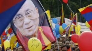 Tausende jubeln dem Dalai Lama zu