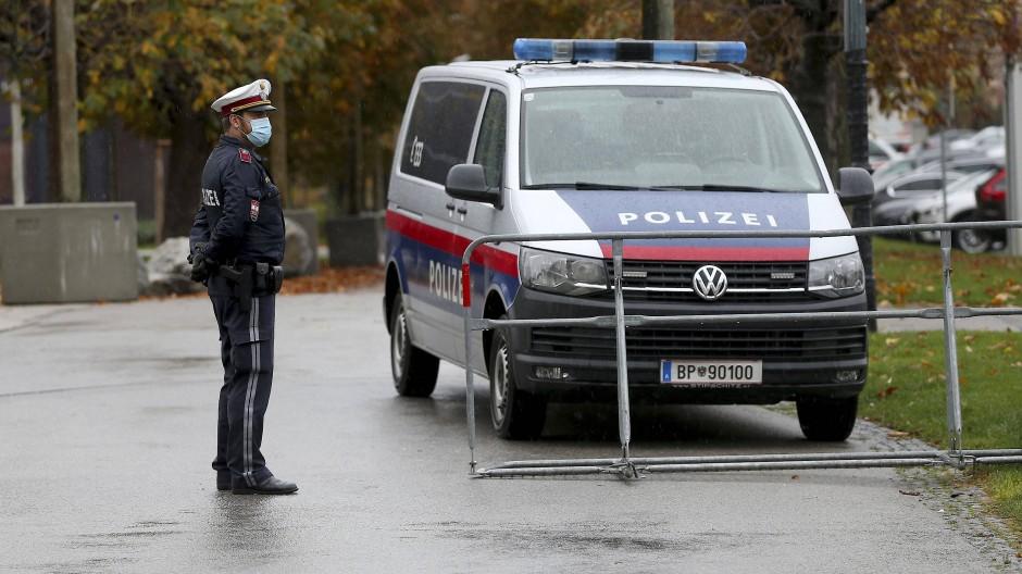 Ein Polizist mit Mund-Nasen-Schutz steht hinter einer Absperrung in der Wiener Innenstadt. (Symbolbild)