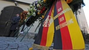 Guttenberg und Merkel bei Trauerfeier für getötete Soldaten